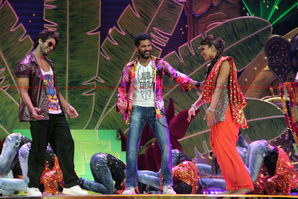 12jun SKPC performanceIIFA09 In Pictures: Shahid Kapoor and Priyanka Chopra perform at IIFA!