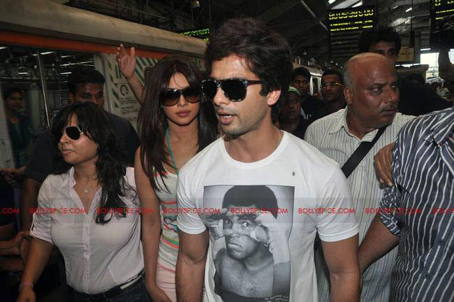 12jun TMK eventtrain04 Check out Shahid and Priyanka at the Teri Meri Kahaani Mumbai Events including riding a train!