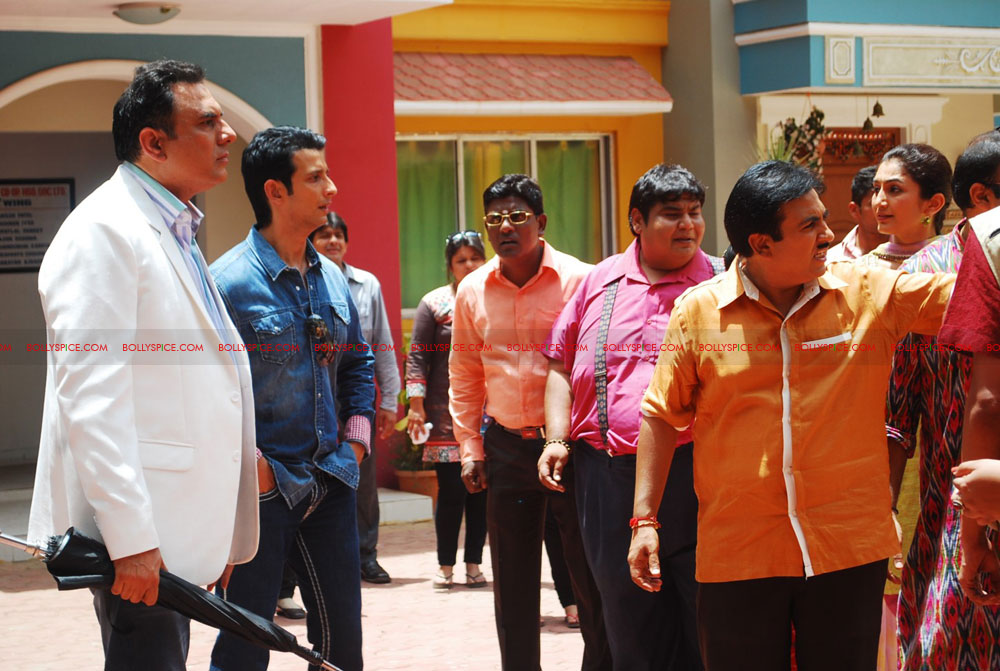 12jun ferrari TMKOC01 Boman Irani & Sharman Joshi hit Jethalal with Umbrella