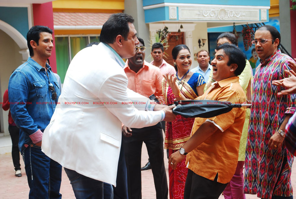 12jun ferrari TMKOC02 Boman Irani & Sharman Joshi hit Jethalal with Umbrella