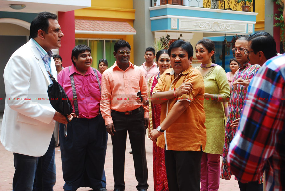 12jun ferrari TMKOC03 Boman Irani & Sharman Joshi hit Jethalal with Umbrella
