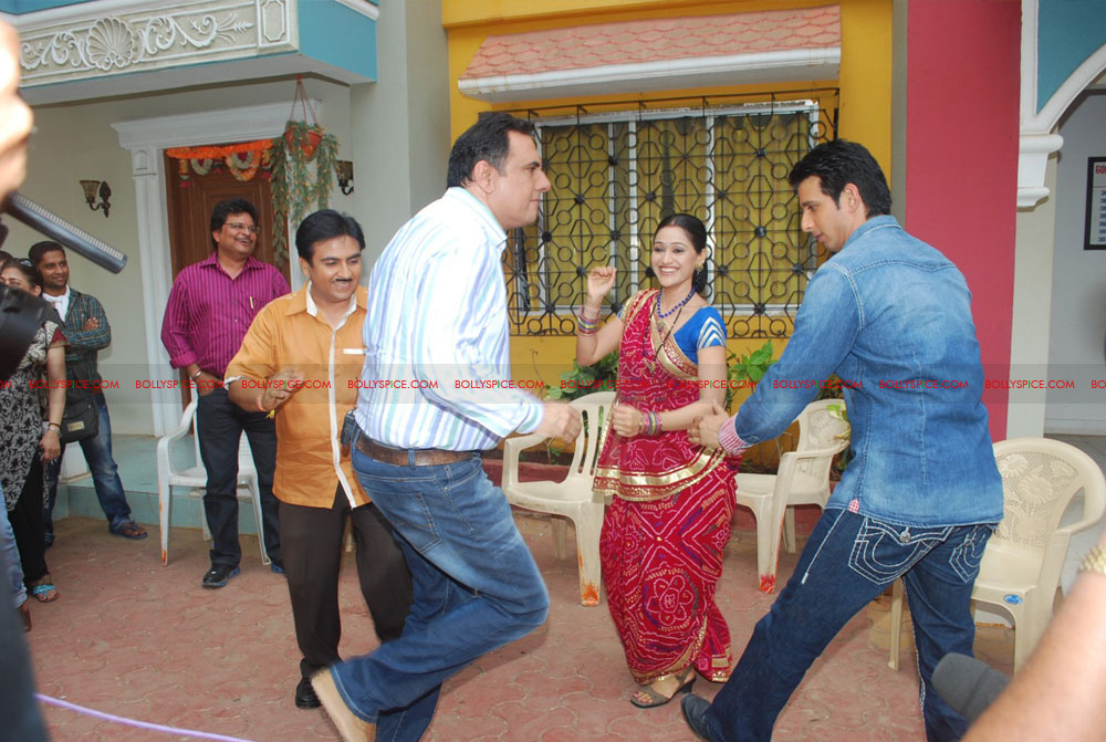 12jun ferrari TMKOC04 Boman Irani & Sharman Joshi hit Jethalal with Umbrella