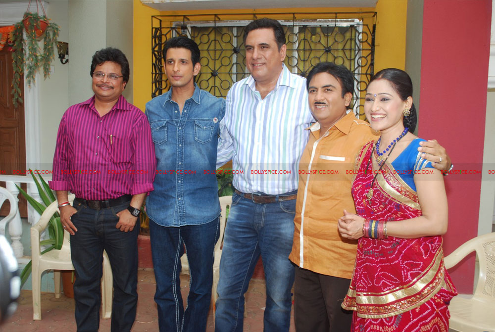 12jun ferrari TMKOC05 Boman Irani & Sharman Joshi hit Jethalal with Umbrella