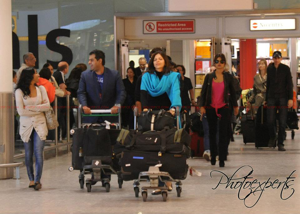 TMK airport Shahid and Priyanka Arrive in London for Teri Meri Kahaani Premiere!