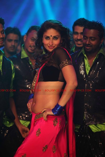 07jul heroine04 Kareenas Hot Halkat Jawani for Heroine