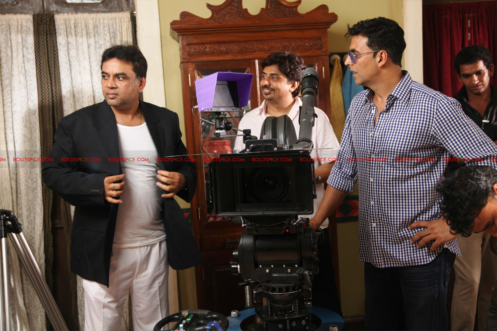 12jul OMG onset02 Behind the scenes on the OMG Oh My God set with Akshay and Paresh