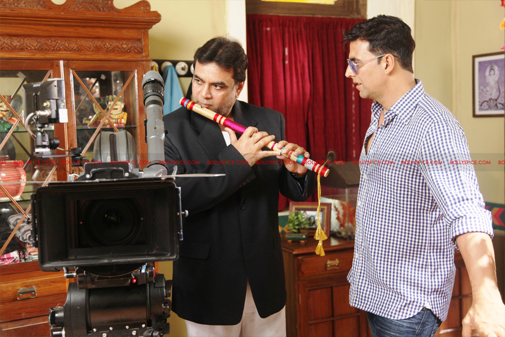 12jul OMG onset04 Behind the scenes on the OMG Oh My God set with Akshay and Paresh