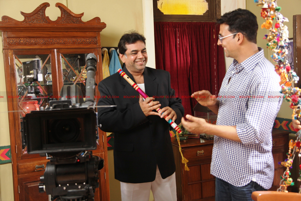 12jul OMG onset05 Behind the scenes on the OMG Oh My God set with Akshay and Paresh