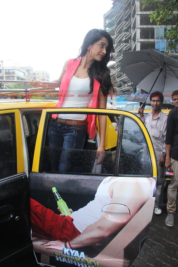 12jul sarahKSKHH taxis01 Sexy Sarah unveils Mumbais super kool taxis