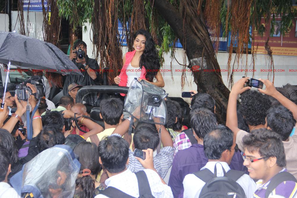 12jul sarahKSKHH taxis03 Sexy Sarah unveils Mumbais super kool taxis