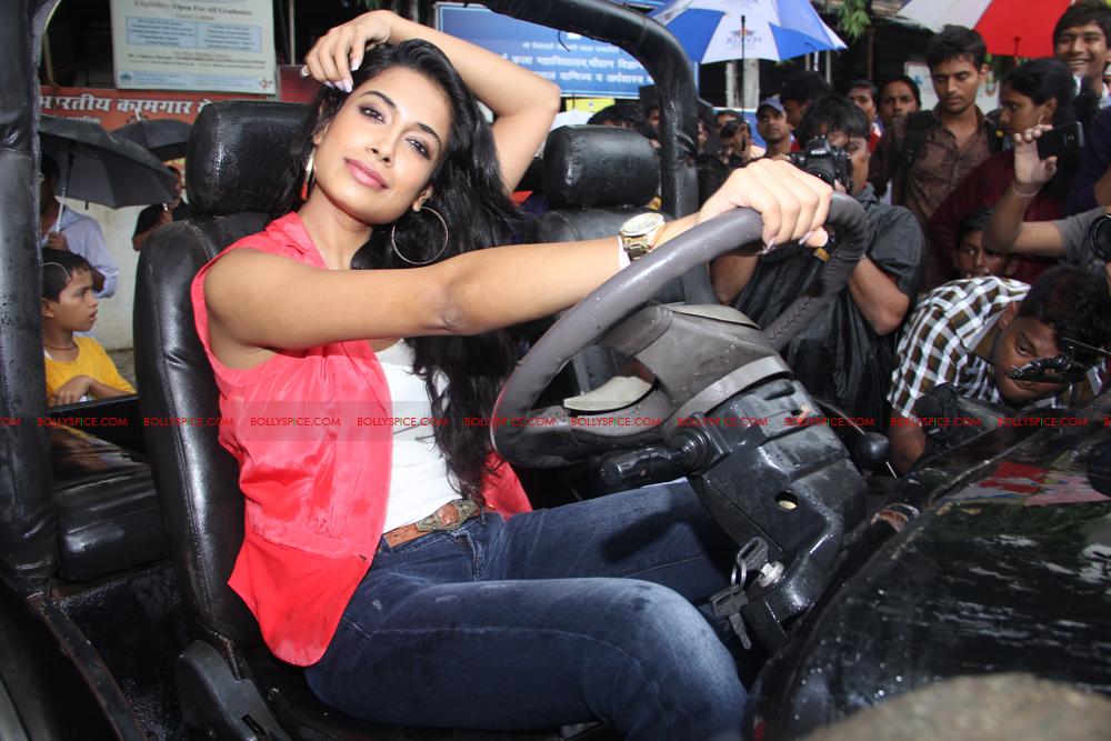 12jul sarahKSKHH taxis05 Sexy Sarah unveils Mumbais super kool taxis