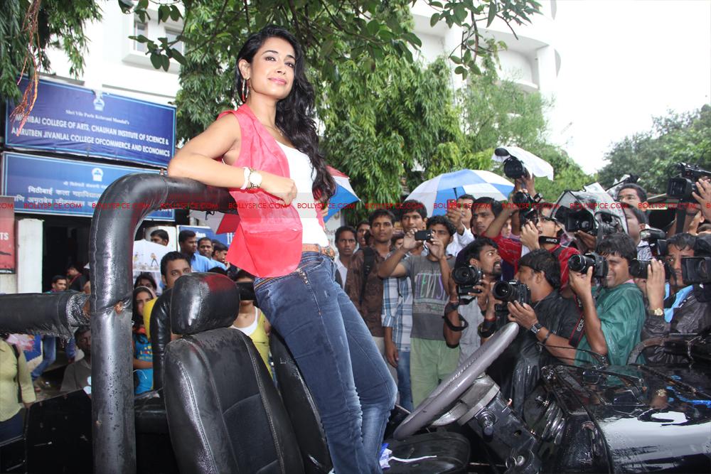 12jul sarahKSKHH taxis06 Sexy Sarah unveils Mumbais super kool taxis