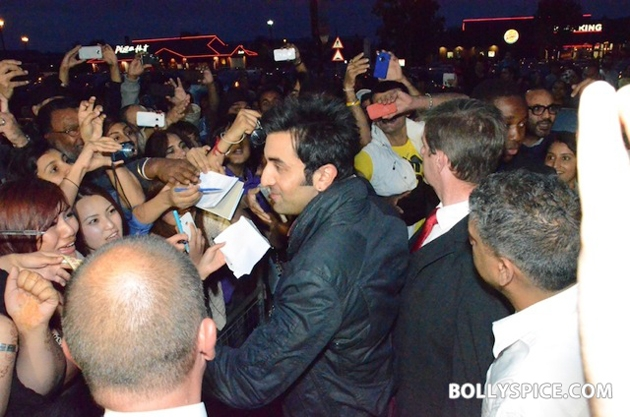 12aug ranbir barfi feltham04 Ranbir Kapoor shows love to London fans!