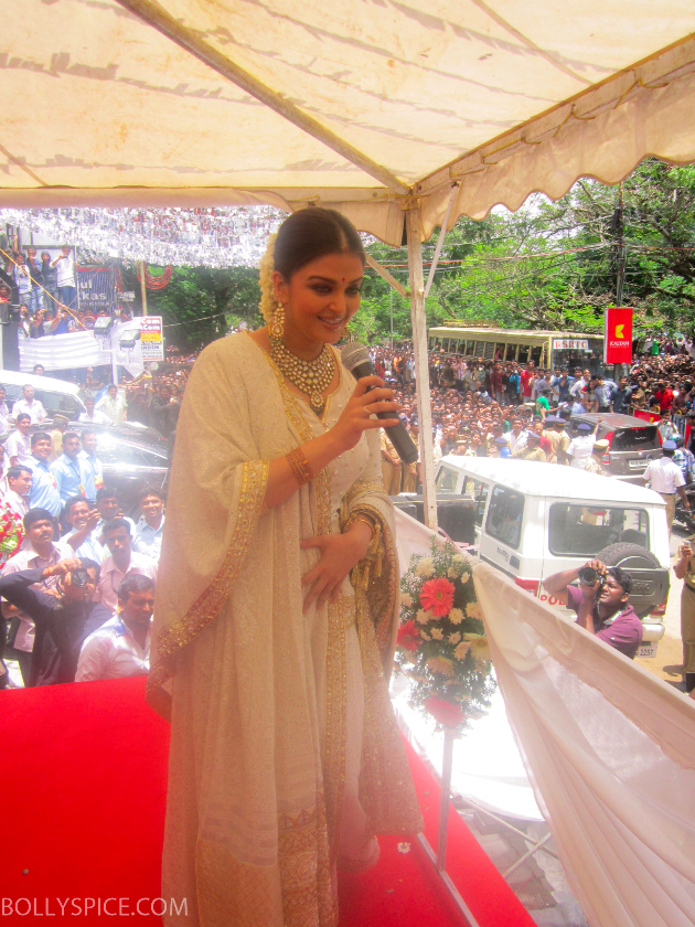 Aishwaryajewlerylaunch02 Thousands of Fans Turn Out to See Aishwarya Rai Bachchan at Kalyan Jewellers store launch!