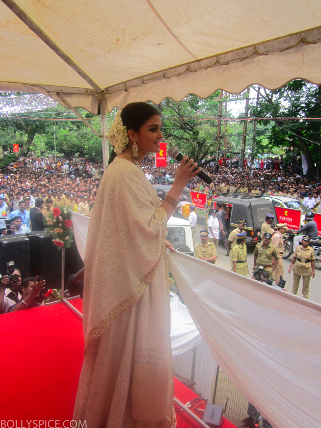 aishwaryajewelerylaunch01 Thousands of Fans Turn Out to See Aishwarya Rai Bachchan at Kalyan Jewellers store launch!
