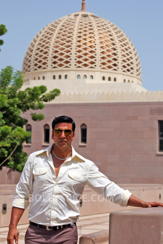 12sep AkshayMuscatMosque02 Akshay Kumar visits mosque in Muscat