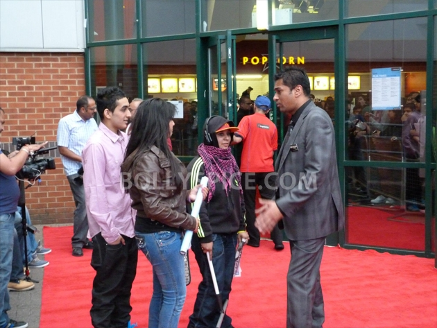 12sep barfi fansperform UK02 Lucky fans in London get to perform for Ranbir Kapoor!