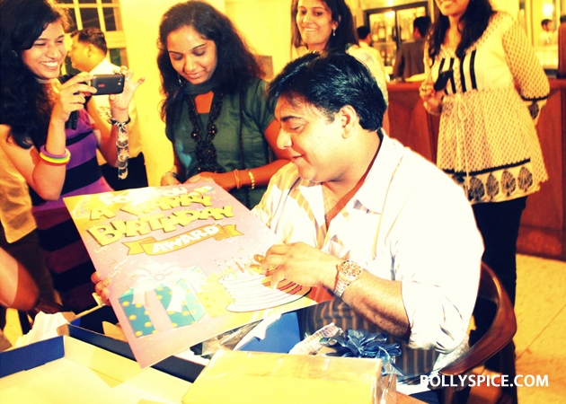 12sep ramkapoor bdaywithfans03 Ram Kapoor celebrates birthday with female fans from all over the world!