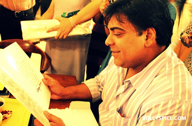 12sep ramkapoor bdaywithfans05 Ram Kapoor celebrates birthday with female fans from all over the world!
