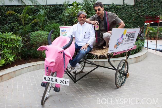 11nov imranmkbkm 03 Gulabo    Imran Khan's new bright pink 'gaddi'