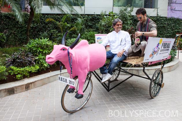 11nov imranmkbkm 04 Gulabo    Imran Khan's new bright pink 'gaddi'