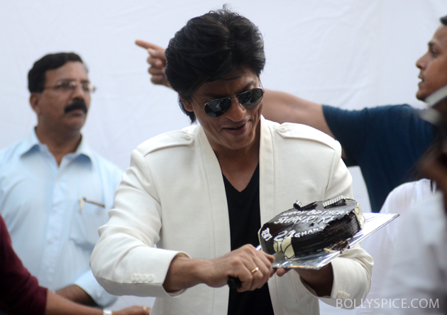 11nov srkbday 08 Photos: SRK celebrates his birthday with his fans