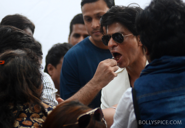11nov srkbday 09 Photos: SRK celebrates his birthday with his fans
