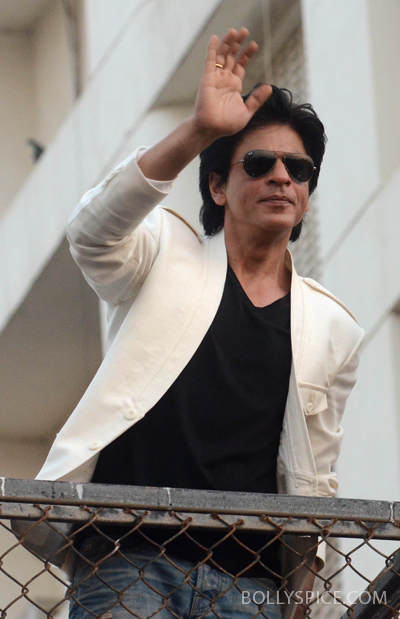 11nov srkbday 10 Photos: SRK celebrates his birthday with his fans