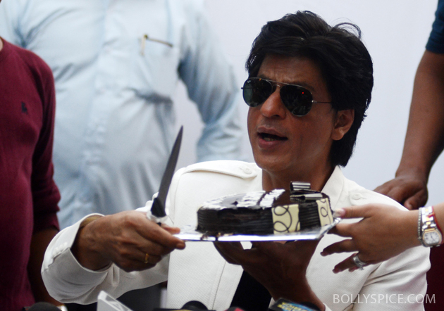 11nov srkbday 11 Photos: SRK celebrates his birthday with his fans