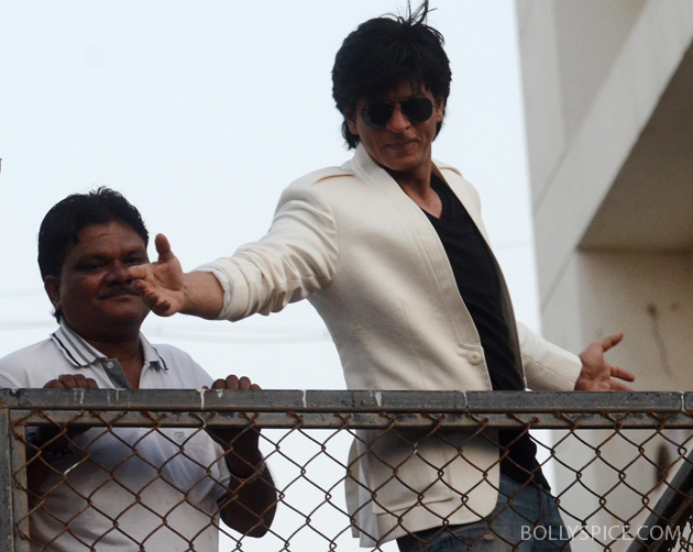 11nov srkbday 14 Photos: SRK celebrates his birthday with his fans