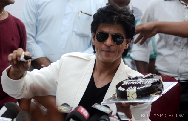 11nov srkbday 16 Photos: SRK celebrates his birthday with his fans