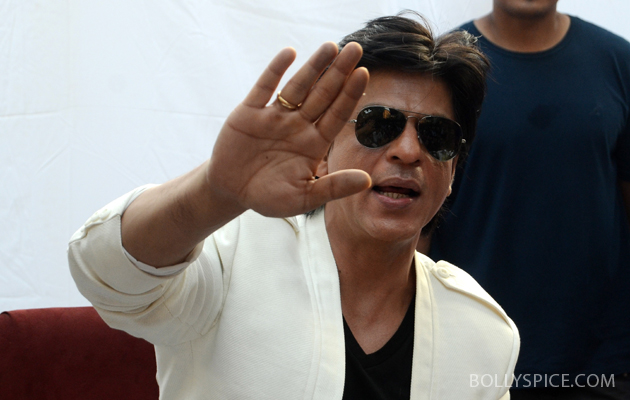 11nov srkbday 23 Photos: SRK celebrates his birthday with his fans
