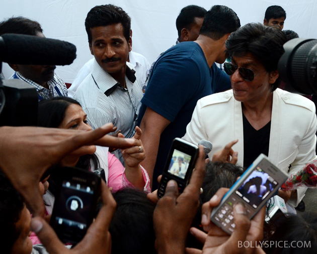 11nov srkbday 24 Photos: SRK celebrates his birthday with his fans