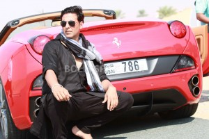12nov Khiladi786 LongDriveSong01 300x200 Akshay invites you for a Long Drive in his Red Ferrari!