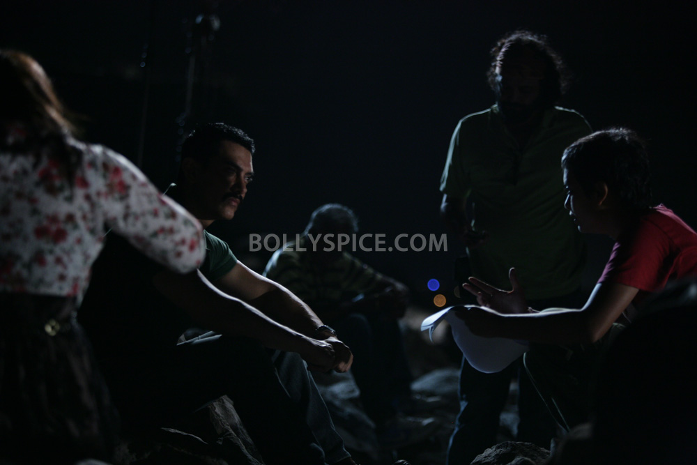 12nov TalaashWorkingStills011 EXCLUSIVE Photos: On Set with Director Reema Kagti and the cast of Talaash!
