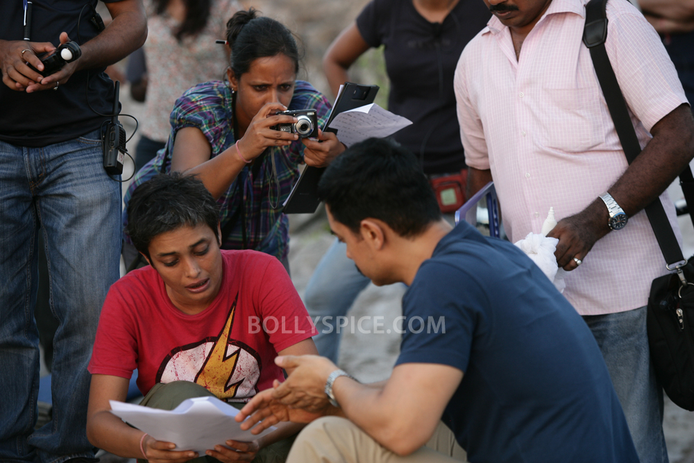 12nov TalaashWorkingStills02 EXCLUSIVE Photos: On Set with Director Reema Kagti and the cast of Talaash!