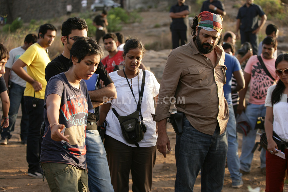 12nov TalaashWorkingStills03 EXCLUSIVE Photos: On Set with Director Reema Kagti and the cast of Talaash!