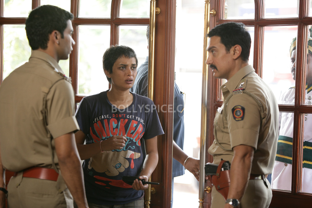 12nov TalaashWorkingStills05 EXCLUSIVE Photos: On Set with Director Reema Kagti and the cast of Talaash!