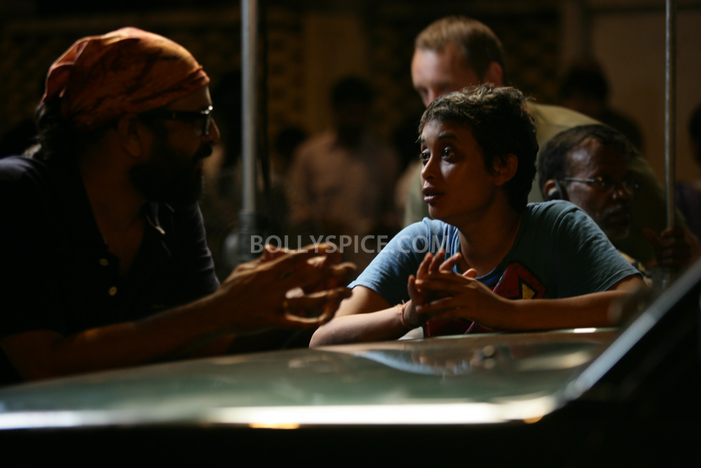 12nov TalaashWorkingStills06 EXCLUSIVE Photos: On Set with Director Reema Kagti and the cast of Talaash!