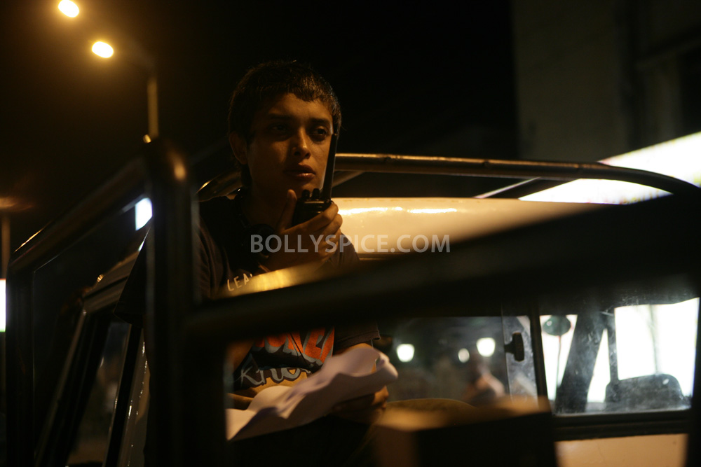 12nov TalaashWorkingStills07 EXCLUSIVE Photos: On Set with Director Reema Kagti and the cast of Talaash!