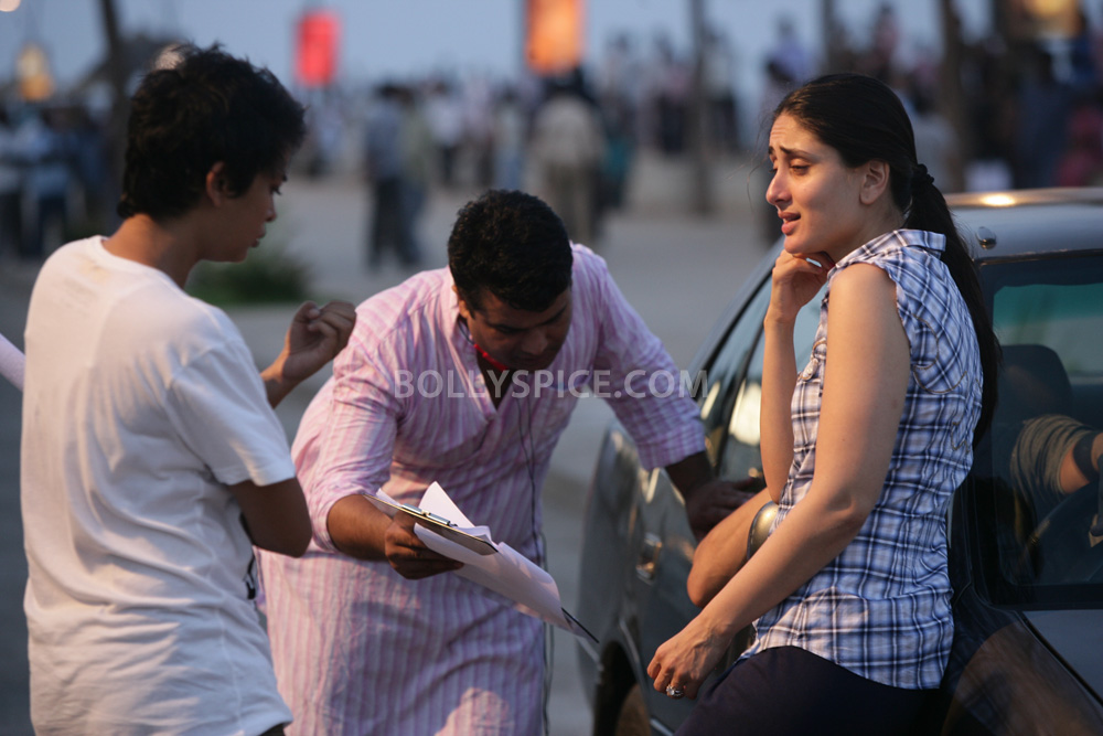 12nov TalaashWorkingStills08 EXCLUSIVE Photos: On Set with Director Reema Kagti and the cast of Talaash!