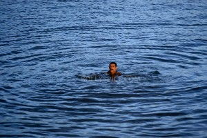 12nov aamir swims talaash 300x200 Aamir learns to swim for Talaash