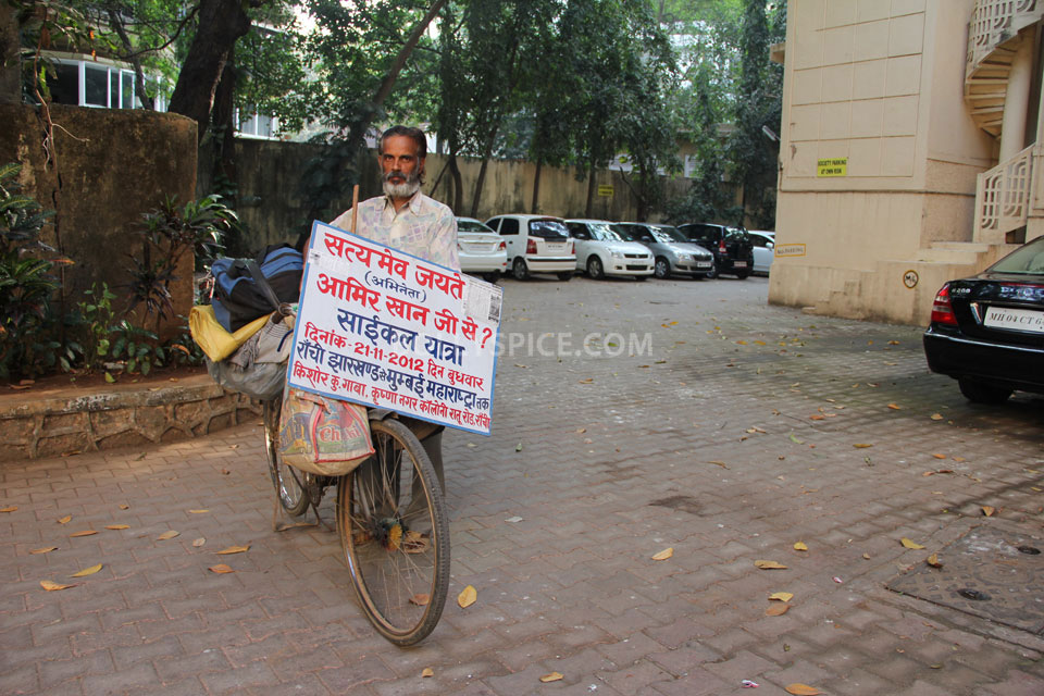 12dec Aamir RanchiFan03 Die hard Aamir Khan fan cycles from Ranchi to meet with the star