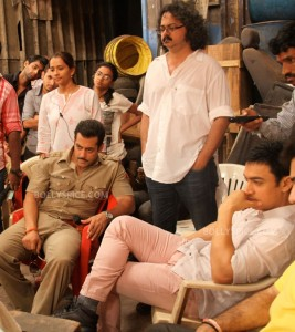 12dec Aamir onsetDabangg2 267x300 Aamir Khan visits Salman Khan on the sets of Dabangg 2