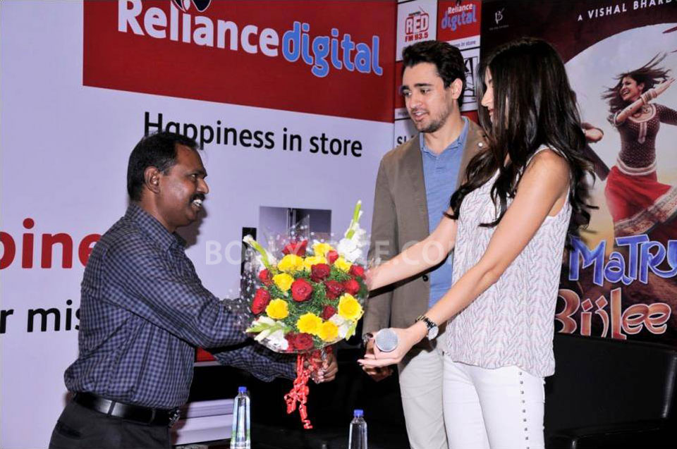 12dec Imran Anushka RelianceDigital03 Imran Khan and Anuskha Sharma Promote MKBKM at Reliance Digital Store in Bangalore