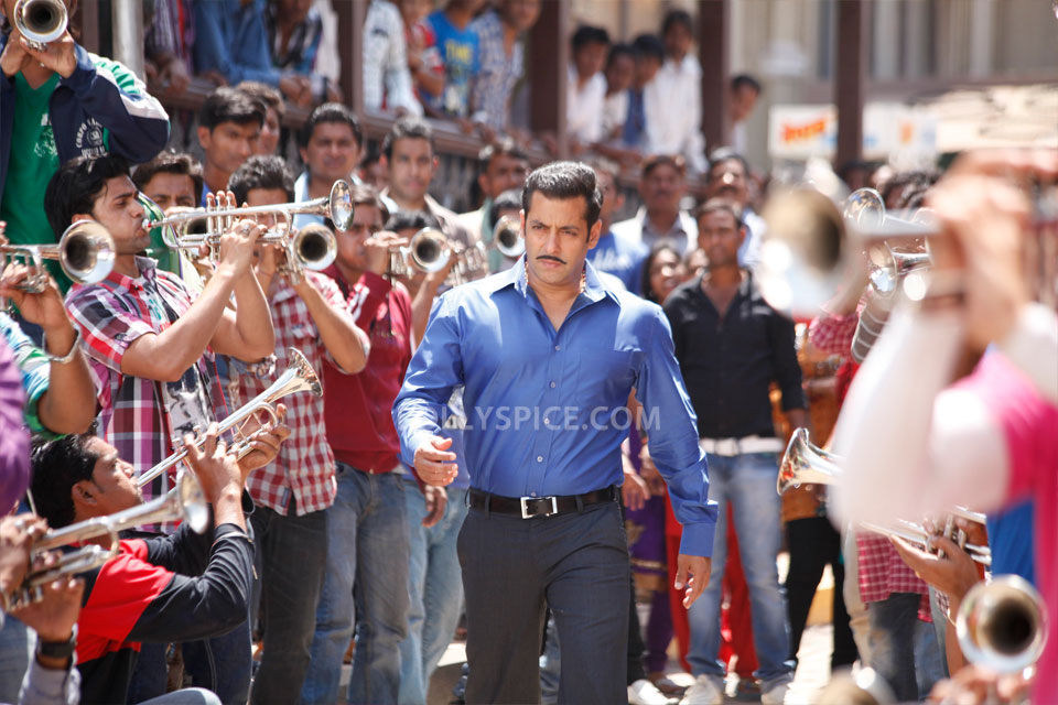 12dec SalmanKhanIntrvwDabangg2 07 Dabangg 2 collects 100 Crore in less than a week