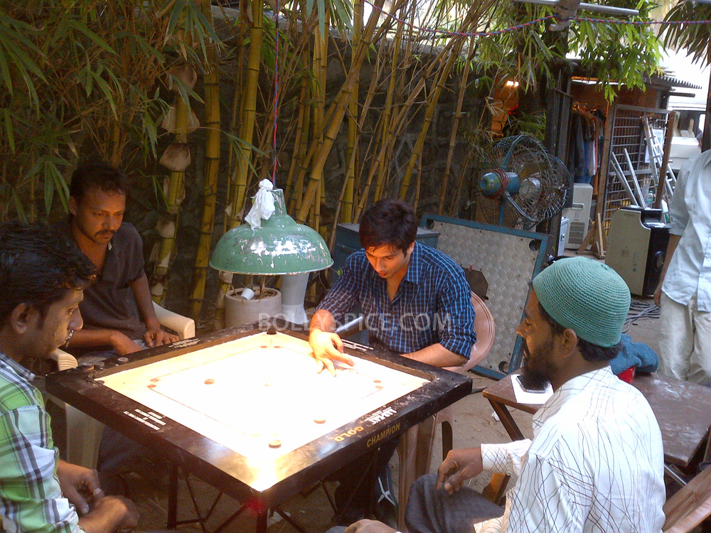 12dec Shahid CarromBoard Shahid spotted playing carom on set