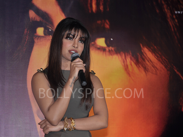 13jan priyankainmycity 04 In Pictures: Priyanka At Reliance Digital