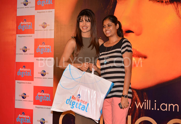 13jan priyankainmycity 10 In Pictures: Priyanka At Reliance Digital