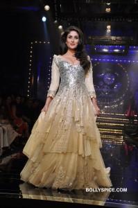 Kareena Kapoor in a stunning Mansh Malhotra outfit 199x300 Kareena Kapoor in a stunning Mansh Malhotra outfit